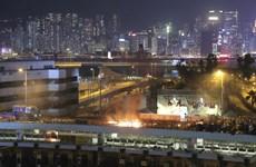 Hong Kong: Người biểu tình ném bom xăng, bắn tên vào cảnh sát