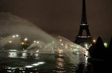 [Video] Tháp Eiffel tắt đèn hưởng ứng phong trào chống bạo hành phụ nữ
