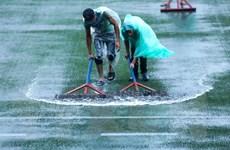 Mặt sân ngập nước trước trận U22 Việt Nam và U22 Singapore