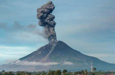 Indonesia: Núi lửa Ili Lewotolok thức giấc, phun tro bụi cao tới 4 km