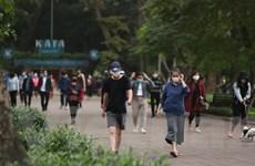 Người dân tập thể dục đông đúc nơi công cộng bất chấp khuyến cáo