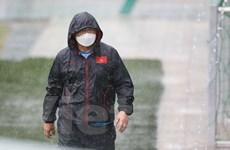 HLV Park Hang-seo đội mưa hướng dẫn U22 Việt Nam tập luyện