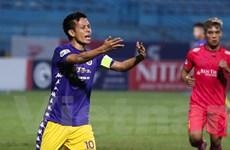 Cho rằng bị xử ép, Hà Nội FC lao vào sân phản đối gay gắt trọng tài