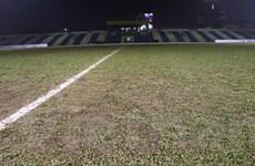 Nhiều sân cỏ ở V-League 2021 có chất lượng kém, mặt sân như ruộng cày
