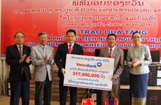 VietinBank trao 23.000 USD cho các hoạt động từ thiện tại Lào