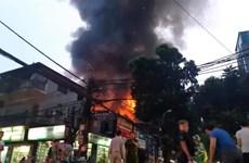 Hà Nội: Cháy lớn tại Đê La Thành, ngọn lửa bốc lên dữ dội