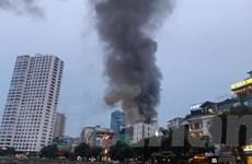 [Photo] Những hình ảnh về đám cháy trên phố Đê La Thành