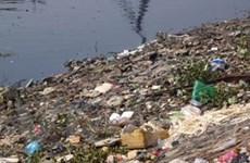 Quảng Bình: Bờ sông Gianh ngập tràn rác thải