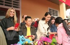 Hoa hậu Thế giới trao quà cho người nghèo Thừa Thiên-Huế