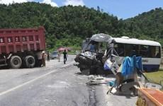 Hai ôtô đối đầu làm 11 người thương vong