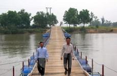 4 nông dân đầu tư xây cầu phao qua sông Bến Hải