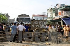 Dân xây rào chắn đường, ùn tắc trên quốc lộ 4E