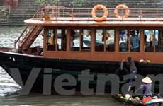 Một tàu du lịch bị cháy trên đường đi tránh bão