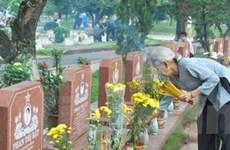 Đặt vòng hoa tưởng niệm các Anh hùng liệt sĩ