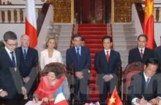 Thủ tướng Pháp trao tiền ủng hộ người dân bị lũ