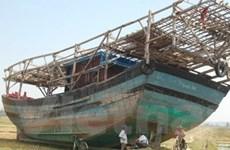 """Quảng Ngãi: """"Giải cứu"""" tàu cá nằm trên ruộng lúa"""