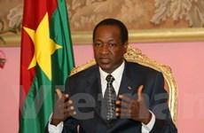 Tổng thống Burkina Faso phải giải tán chính phủ