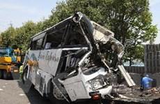 Xe buýt đâm vào tường làm 45 người thương vong