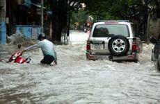 """Mưa lớn, người dân Hà Nội lại... """"bơi"""" trên phố"""