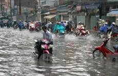 Nhiều tuyến đường ở TP.HCM bị ngập vì mưa lớn