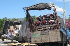 Xe tải lao vào xe khách làm 14 người thương vong