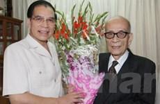 Tổng Bí thư thăm và mừng thọ giáo sư Vũ Khiêu
