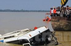 Hà Tĩnh đưa xe khách gặp nạn nổi trên mặt nước