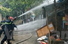 Cháy rụi cửa hàng hóa chất ngay giữa khu dân cư