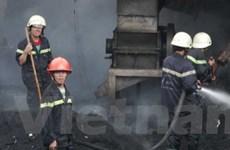TP. HCM: Cháy kho lốp xe, khói bốc cao cả cây số