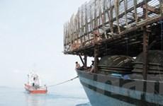 Quảng Bình trục vớt và lai dắt tàu cá bị nạn vào bờ