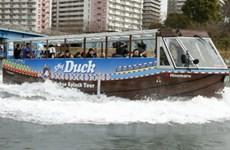 Xe buýt du lịch vừa đi trên bộ vừa đi dưới nước