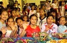 Học sinh Việt Nam tại Lào vui đón Tết Trung thu