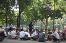 Những con thiêu thân trên chiếu bạc vỉa hè Thủ đô