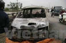 Ôtô bị cháy rụi trơ khung sắt gần cầu Thăng Long
