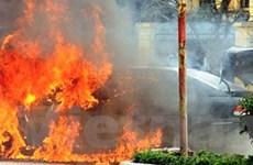 Xế hộp tiền tỷ bốc cháy đùng đùng giữa phố đông
