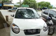 Hà Nội: 1 cảnh sát bị nữ tài xế taxi hất lên nắp capô