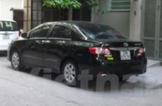 Hà Nội: Suýt mất cả xe lẫn con trai vì để ôtô nổ máy