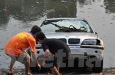 Xế hộp BMW lao từ garage xuống thẳng sông Tô Lịch