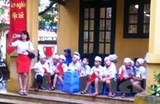 Học sinh tại Thủ đô đội mưa, lội nước tới khai giảng