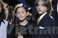 Các con của Michael Jackson lần đầu tiên tới trường