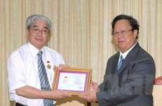 Trao tặng kỷ niệm chương cho phó chủ tịch JVPF