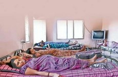 Giải cứu 14 cô gái trong đường dây đẻ thuê ở Thái
