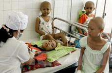 TTXVN tặng quà hơn 100 trẻ em mắc bệnh về máu