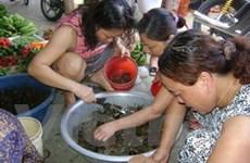 Hà Nội: Cua đồng hút khách do thời tiết nắng nóng