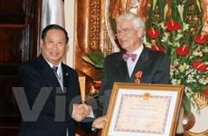 Trao huân chương hữu nghị tặng Đại sứ Pháp