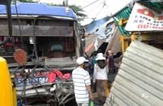 Xe khách gây tai nạn làm ùn tắc trên xa lộ Hà Nội