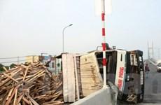 Xe tải 5 tấn đổ dốc bị lật ngang trên cầu Phú Mỹ