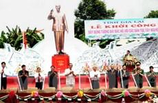 Khởi công tượng Bác Hồ với các dân tộc Tây Nguyên