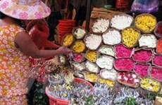 Quà tặng dịp 20/11: Hoa đắt hàng, quà giảm giá