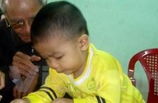 Hơn 2 tuổi mới biết nói nhưng đã biết đọc chữ viết
